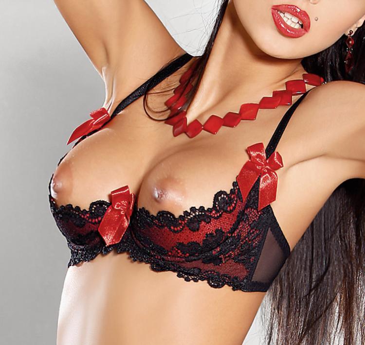 ломаться, изображая эротические бюстгальтеры с разрезом под грудью опоздала